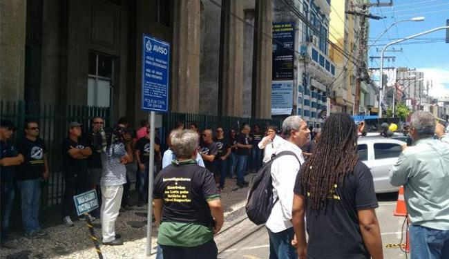 A concentração começou por volta das 10h30, em frente à sede da Polícia Civil na Piedade - Foto: Ana paula Santos
