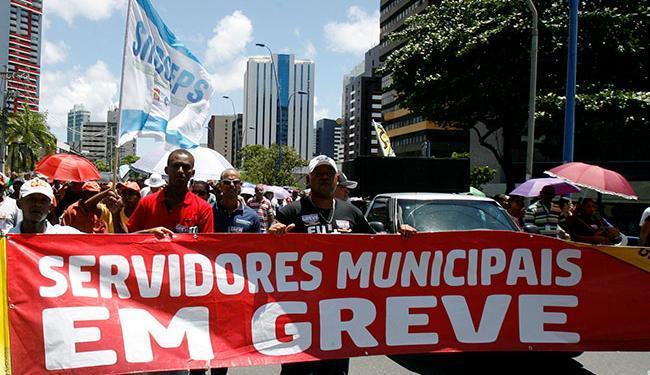 Os servidores municipais de Salvador estão em greve desde o dia 15 - Foto: Luciano da Matta   Ag. A TARDE