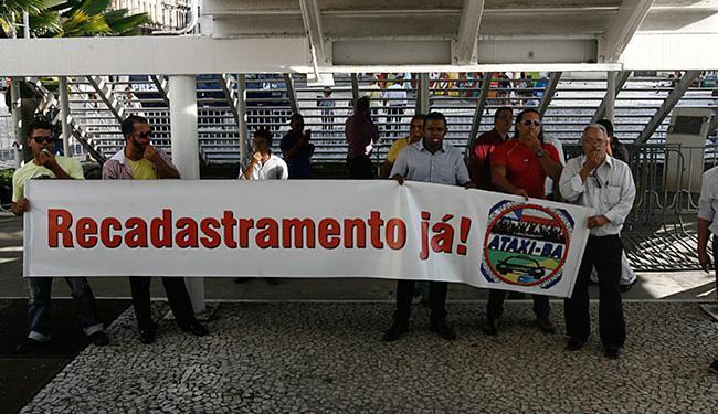 Um grupo de taxistas fez protesto com faixa, nesta segunda-feira, 14, em frente à prefeitura - Foto: Mila Cordeiro l Ag. A TARDE