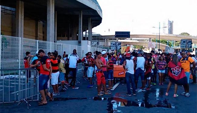 Movimentação de torcedores do Vitória na Fonte Nova antes de clássico Ba x Vi deste domingo, 13 - Foto: Vitor Villar   Ag. A TARDE