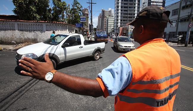 Agentes da Transalvador vão auxiliar os motoristas nos pontos em que houver mudanças - Foto: Edilson Lima | Ag. A TARDE
