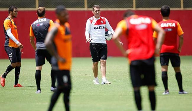 Mancini passa ao elenco a importância de se ganhar o Baianão - Foto: Raul Spinassé l Ag. A TARDE