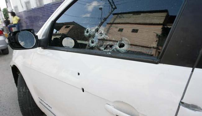 Carro do ex-PM foi alvejado e ele acabou sendo atingido - Foto: Adilton Venegeroles   Ag. A TARDE