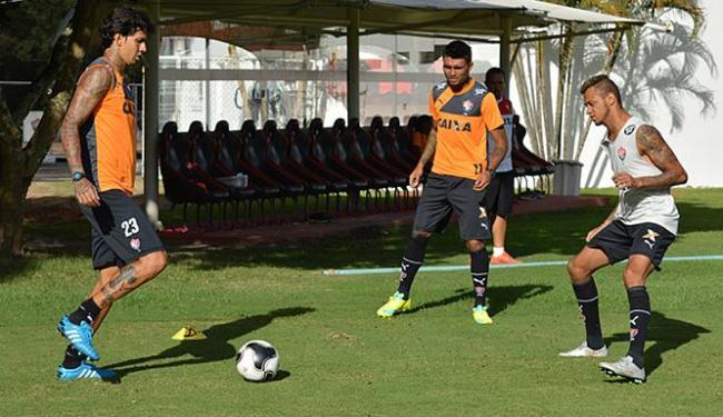 Victor Ramos (E) e Kieza (C) treinam normalmente na Toca do Leão. Sábado, farão a estreia pelo Leão - Foto: Francisco Galvão l EC Vitória