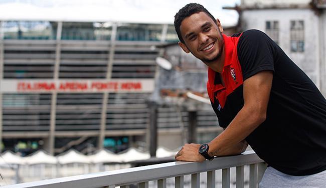 No playground de seu condomínio, Vinícius sorri diante da Fonte Nova - Foto: Raul Spinassé | Ag. A TARDE