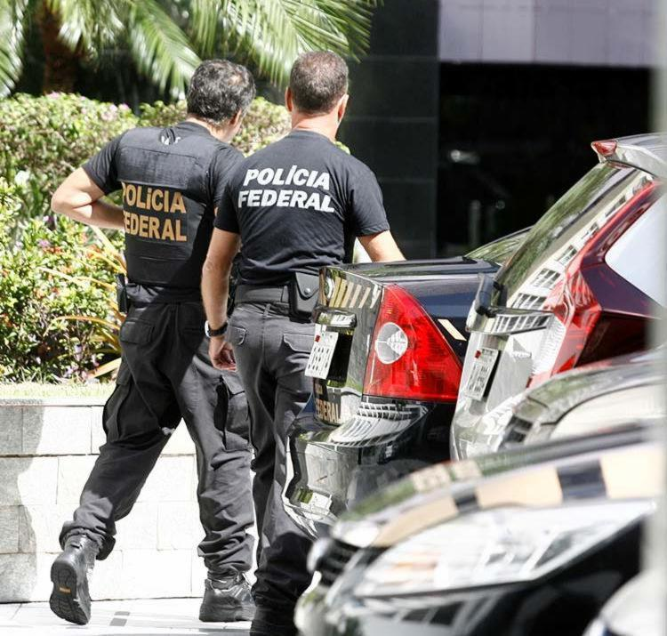 Policiais federais cumprem 14 mandados de busca e apreensão - Foto: Adilton Venegeroles | Ag. A TARDE