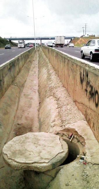 Criminosos violam tubulação com picareta no canteiro central para retirar cabos - Foto: Viabahia | Divulgação