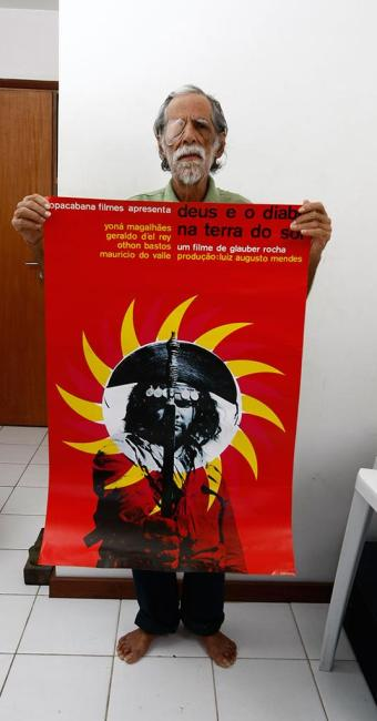Rogério com o cartaz que criou para o filme