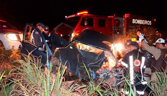 O motorista do carro ficou preso às ferragens e foi socorrido pelos bombeiros - Foto: Reprodução | Blog do Sigi Vilares