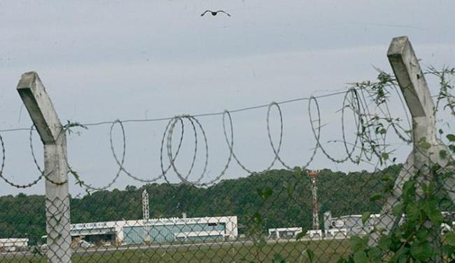 Falcão sobrevoa cerca que separa área da Aeronáutica do aeroporto de Salvador - Foto: Margarida Neide l Ag. A TARDE