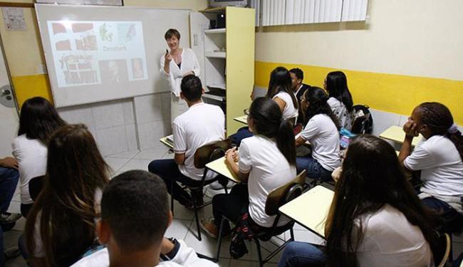Professora dinamarquesa Anja Slattivik ministra aula para alunos do Colégio Mundial, na Vila Laura - Foto: Raul Spinassé l Ag. A TARDE