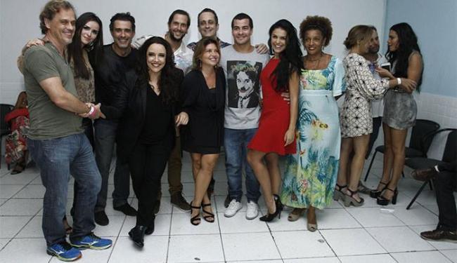 À direita, Letícia conversa com a atriz Adriana Esteves e se esquiva de fotografia - Foto: Alex Palarea | AgNews