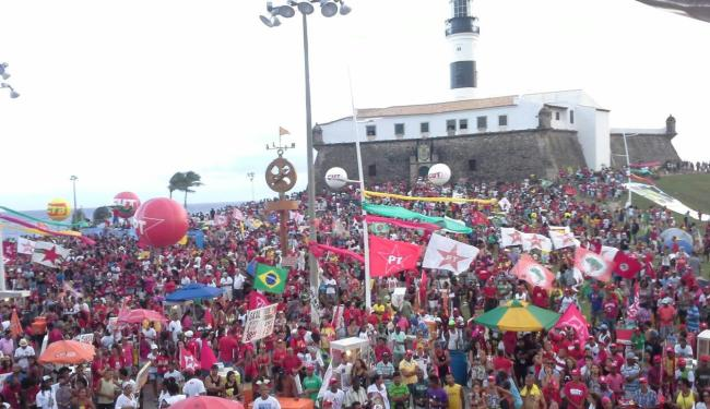Grupo acompanha a votação em telão montado na Barra - Foto: Yuri Silva   Ag. A TARDE