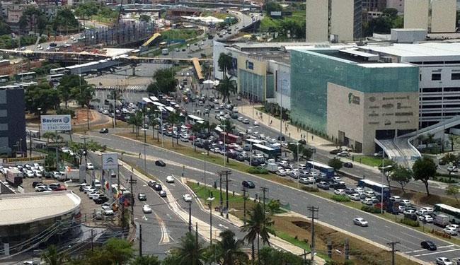 Servidores interditaram pistas da avenida ACM por 15 minutos - Foto: Reprodução | Via WhatsApp | Grupo Trânsito de Salvador