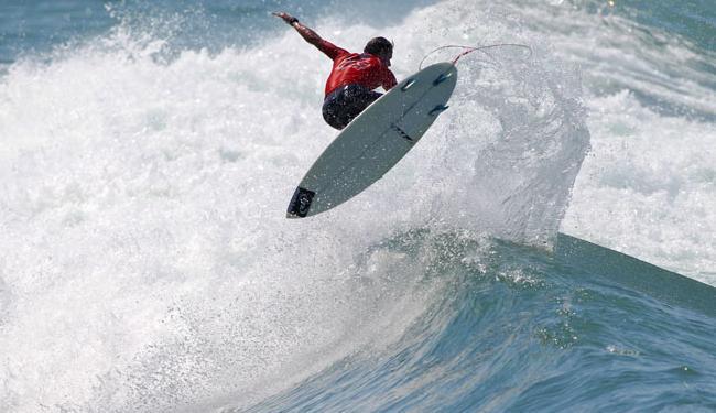 Bino treina na Praia do Forte para lutar pelo título da etapa - Foto: WSL | Masurel