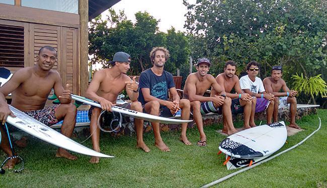 Bino Lopes (3º da esquerda para direita) cedeu espaço aos amigos em sua casa, na Praia do Forte - Foto: Aurélio Lima l Ag. A TARDE