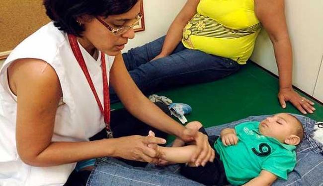 João Miguel, de 4 meses, faz a 1ª sessão de estimulação precoce com a fisioterapeuta - Foto: Sumaia Villela/Agência Brasil