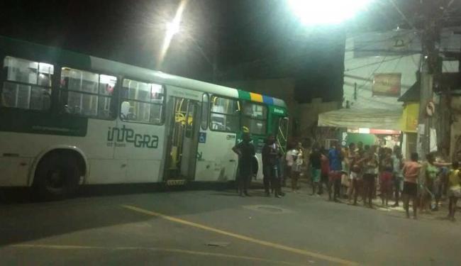 Homens abordaram um ônibus, na Rua da Boa Vista, e cruzaram o veículo na rua - Foto: Cidadão Repórter | Via Whatsapp