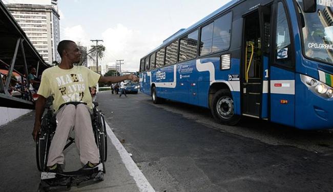 O cadeirante Daniel reclamou da falta de acessibilidade na nova frota - Foto: Mila Cordeiro l Ag. A TARDE