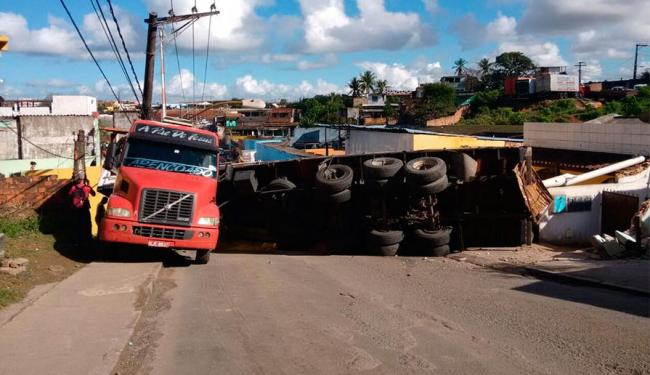 Veículo bloqueia acesso ao viaduto que leva para BR-324 - Foto: Edilson Lima | Ag. A TARDE