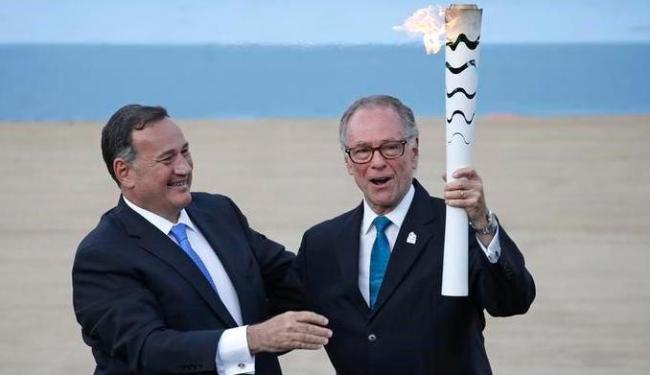 Presidente do COI no Brasil, Nuzman, recebe a tocha olímpica - Foto: Reuters