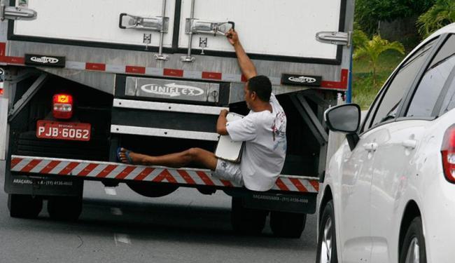 Carona perigosa assustou motoristas - Foto: Margarida Neide | Ag. A TARDE