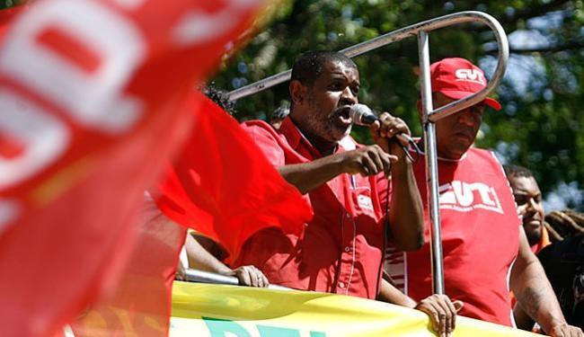 Cedro diz que a mobilização é para defender a democracia e o mandato de Dilma Rousseff - Foto: Raul Spinassé l Ag. A TARDE l 13.03.2015