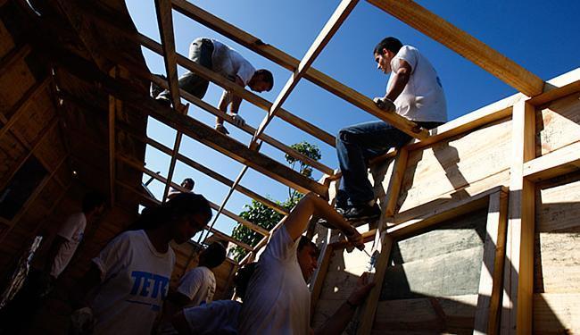 Em 2014, voluntários da Teto construíram na Cidade de Plástico, no subúrbio - Foto: Fernando Vivas l Ag. A TARDE l 29.9.2914