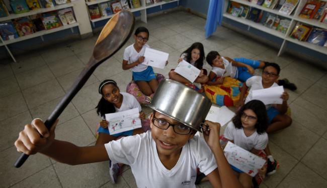 Estudantes da Escola Experimental, em Brotas, mostram desenhos e brincam com símbolo do panelaço - Foto: Lúcio Távora | Ag. A TARDE