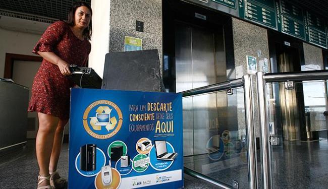 A analista técnica Cátia Varicachi mostra ponto de coleta - Foto: Mila Cordeiro l Ag. A TARDE