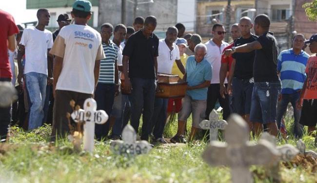 Enterro de Josino, primeira vítima alvejada durante ataque em Brotas no mês passado - Foto: Raul Spinassé | Ag. A TARDE