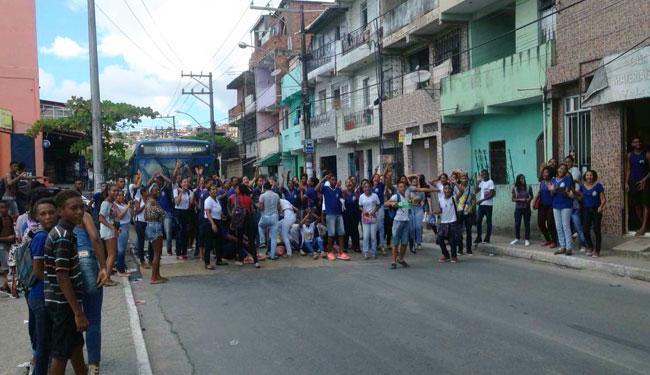 Estudantes fecham os dois sentidos da via durante protesto - Foto: Marcelo Lima   Ag. A TARDE