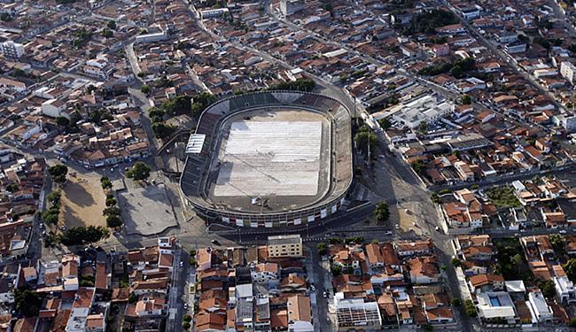 Estádio ainda passa por reformas no piso antes da plantação do novo gramado - Foto: Luiz Tito l Ag. A TARDE