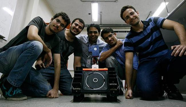 Equipe criou robô que localiza vítimas de desastres - Foto: Adilton Venegeroles l Ag. A TARDE