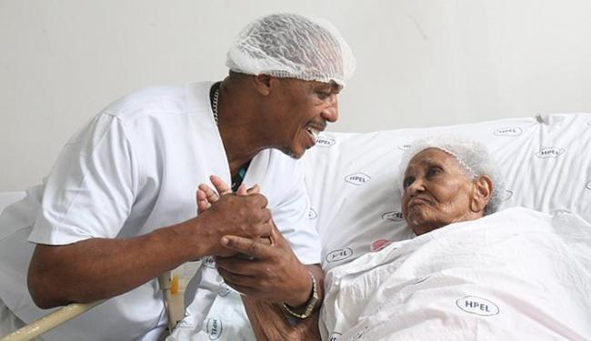 Farofa com D. Erenita no Hospital Eládio Lasserre, em Salvador - Foto: Margarida Neide l Ag. A TARDE