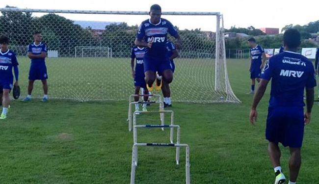 Titular nos dois últimos jogos, o volante Paulo Roberto deve perder vaga para Feijão (C) - Foto: Felipe Oliveira l EC Bahia