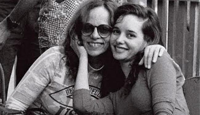Glória, ao lado da filha, que foi assassinada em 1992 - Foto: Reprodução