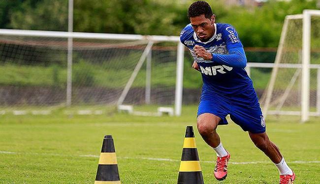 Centroavante corre entre obstáculos no gramado - Foto: Felipe Oliveira l EC Bahia
