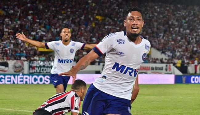 Hernane comemora após abrir o marcador do jogo - Foto: Ademar Filho | Futura Press | Estadão Conteúdo