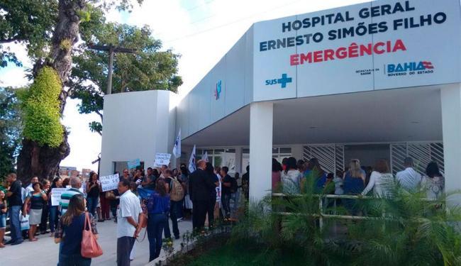 Trabalhadores aproveitaram inauguração e a presença do governador para protestar - Foto: Edilson Lima | Ag. A TARDE