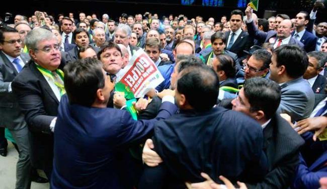 Parlamentares favoráveis e contrários ao impeachment bateram boca - Foto: Nilson Bastian / Câmara dos Deputados