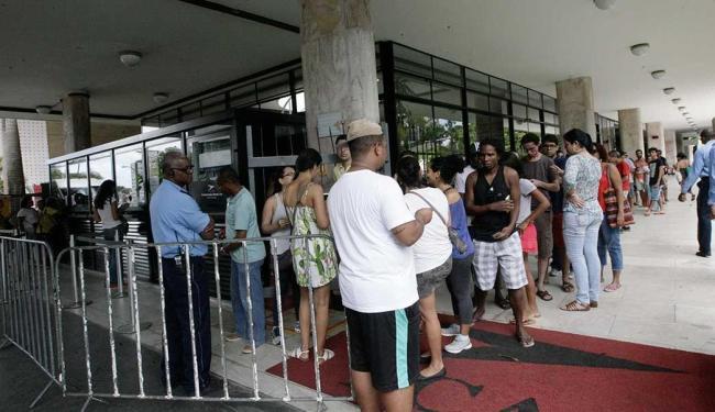Na bilheteria do TCA uma longa fila para a compra dos ingressos - Foto: Margarida Neide | Ag. A TARDE
