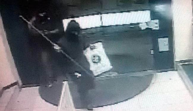 Câmera de segurança de uma das agências registrou a ação dos bandidos - Foto: Reprodução | Polícia Civil