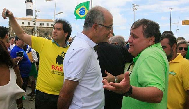 O deputado federal José Carlos Aleluia (DEM) e o ex-ministro Geddel durante protesto pró-impeachment - Foto: Lúcio Távora | Ag. A TARDE