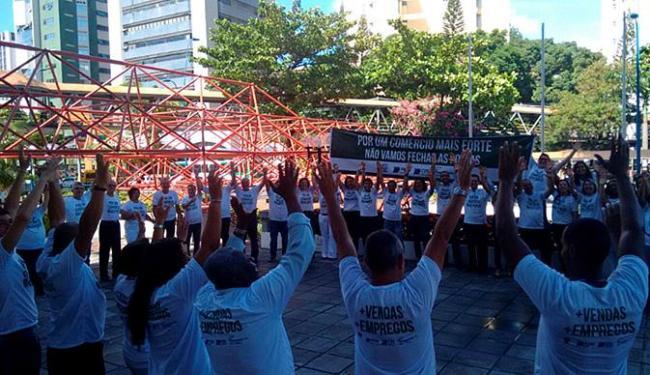 Manifestação começou com um abraço simbólico no prédio da Casa do Comércio - Foto: Joyce de Sousa l Ag. A TARDE