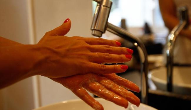 Higienizar as máos é uma das dicas para evitar o vírus da gripe - Foto: Fernando Amorim | Ag. A TARDE