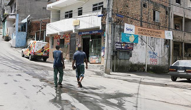 Marcos Danilo foi baleado em frente ao Mercadinho Sacolão, correu e sentou em frente à casa vizinha - Foto: Edilson Lima | Ag. A TARDE