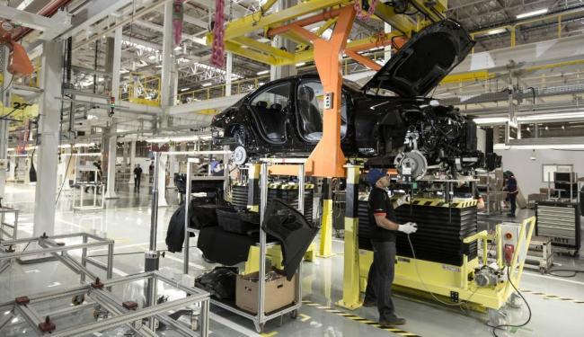 A nova fábrica conta com maquinário moderno e mão-de-obra treinada pela Mercedes-Benz - Foto: Divulgação Mercedes-Benz
