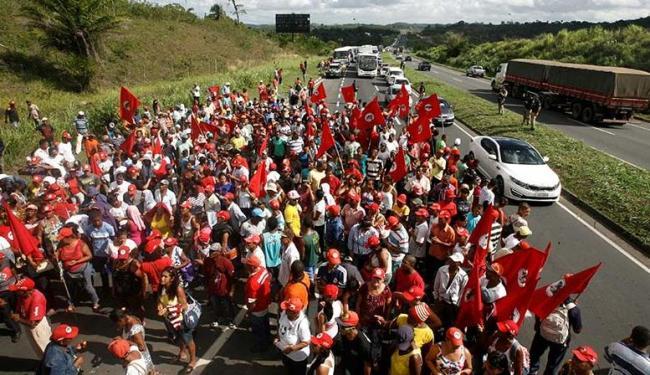 Integrantes do MST chegaram a Salvador para participar da manifestação no Farol da Barra - Foto: Luciano da Matta | Ag. A TARDE