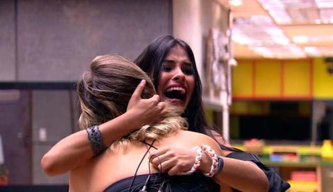 Munik abraça Cacau ao saber do resultado - Foto: TV Globo